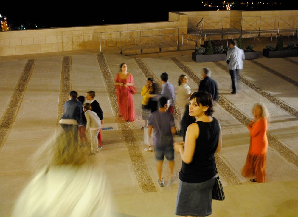 Cristina Alba rodeada de personajes medievales y fantasmas en la fortaleza de La Mota