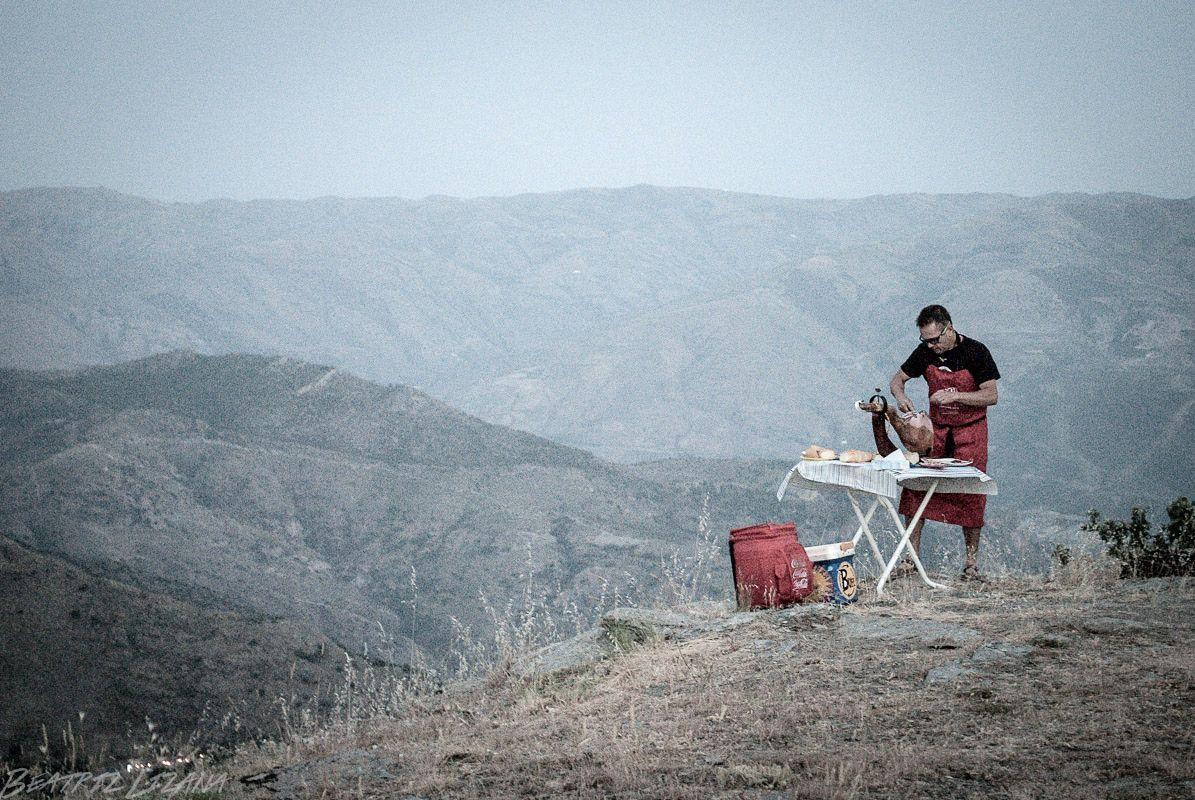 cortando jamón de Trevélez en lo alto de una montaña